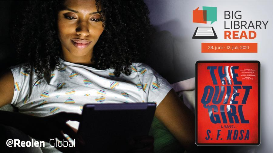 Foto af kvinde, der sidder og læser på en tablet