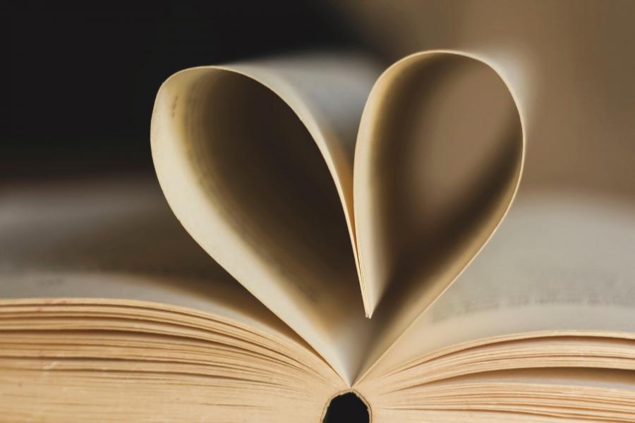 Billede af opslået bog, hvor to sider er foldet sammen, så det danner et hjerte