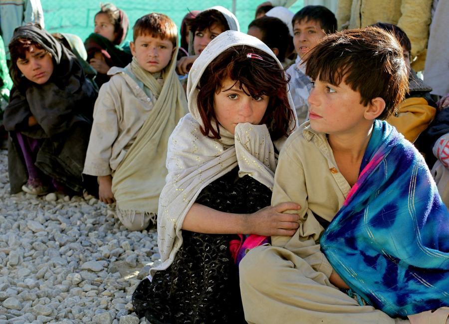 Billede af siddende afghanske børn