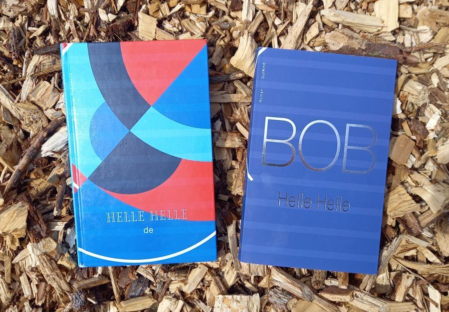 Foto af de to bøger: 'de' og 'BOB' skrevet af Helle Helle