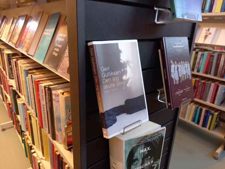 Foto af bogen 'Den jeg skulle blive' udstillet på Greve Bibliotek