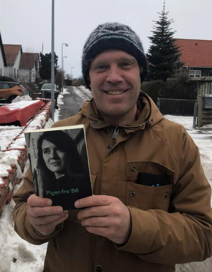 Thomas Damholt holder romanen 'Pigen fra '58' i hænderne